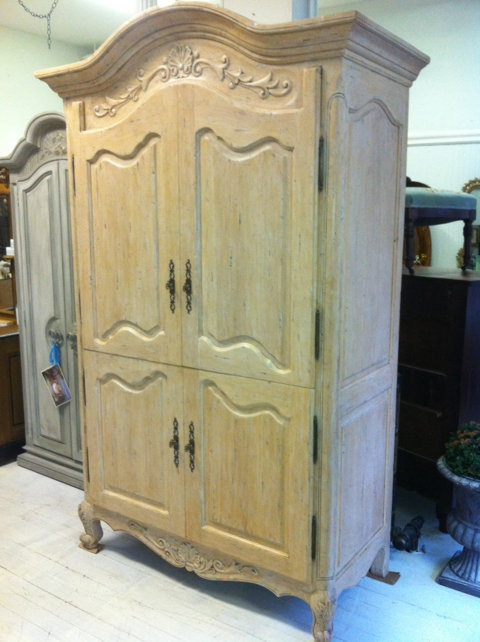 Maison decor shabby chic chateau armoire for Maison decour