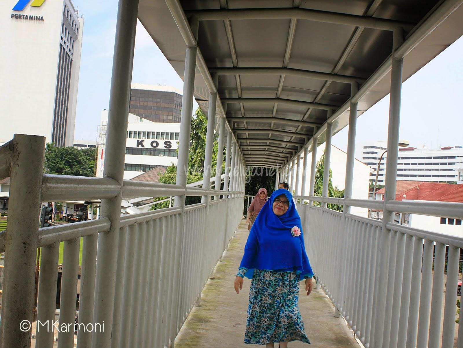 di jembatan penyeberangan