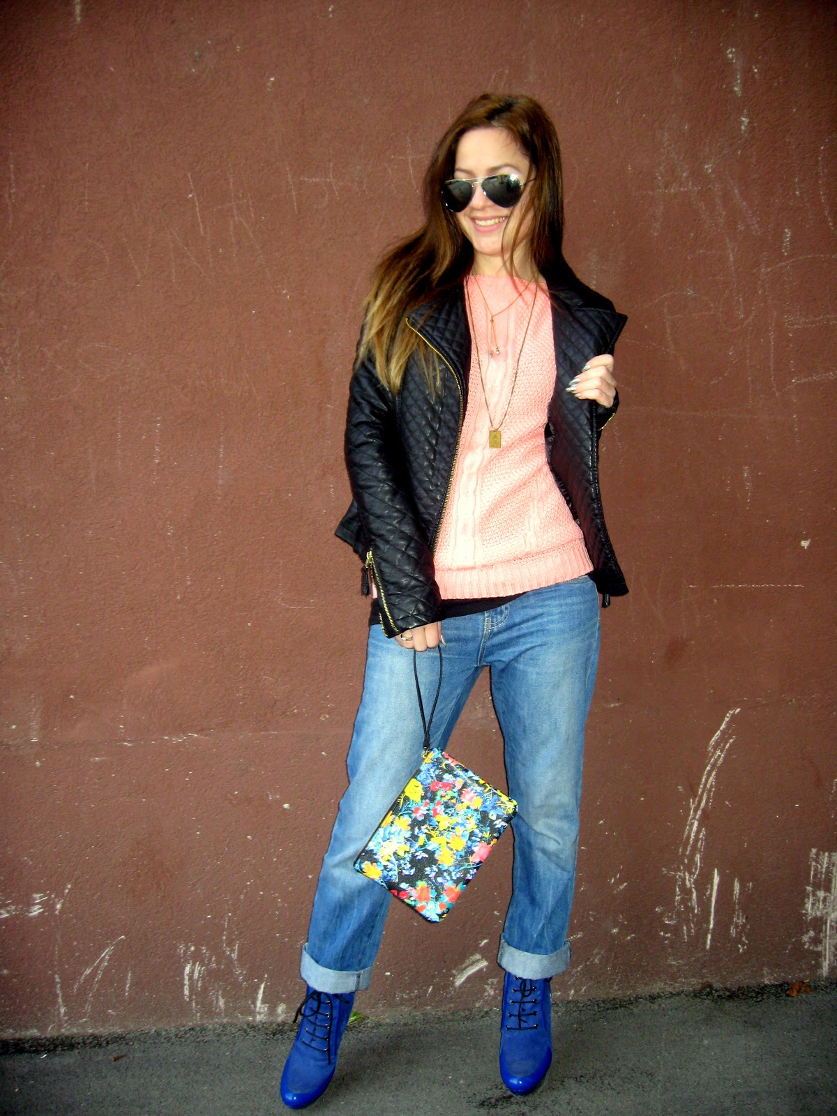 outfit, blue boots, zara floral clutch, peach color sweater, black faux leather jacket, aviator sunglasses, golden necklace, boyfriend jeans