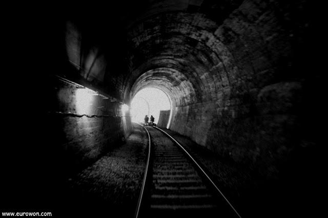 Túnel de tren oscuro como un agujero