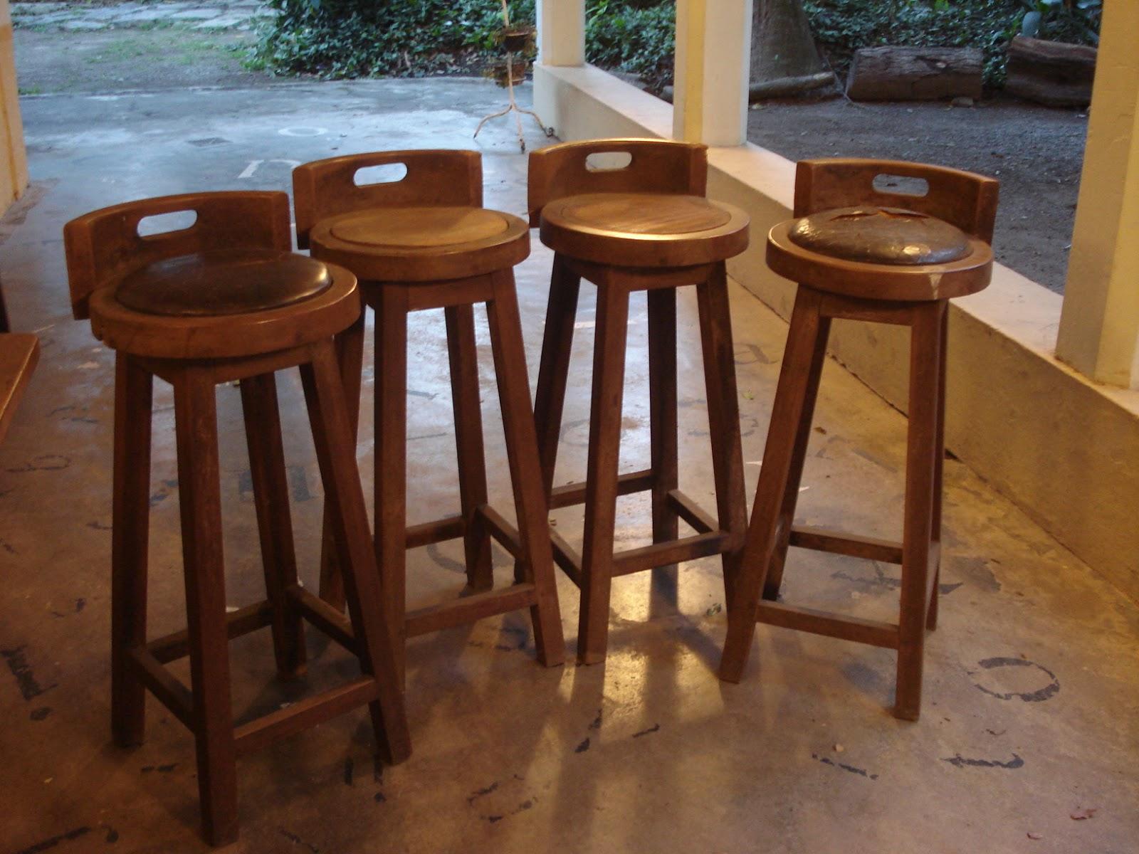 lindas banquetas altas em madeira e couro (no estado) #946837 1600x1200