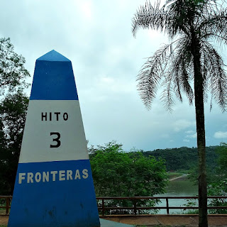 Hito Tres Fonteras: marco argentino que indica a fronteira da Argentina, com o Brasil e o Paraguai. Obelisco nas cores azul e branco.