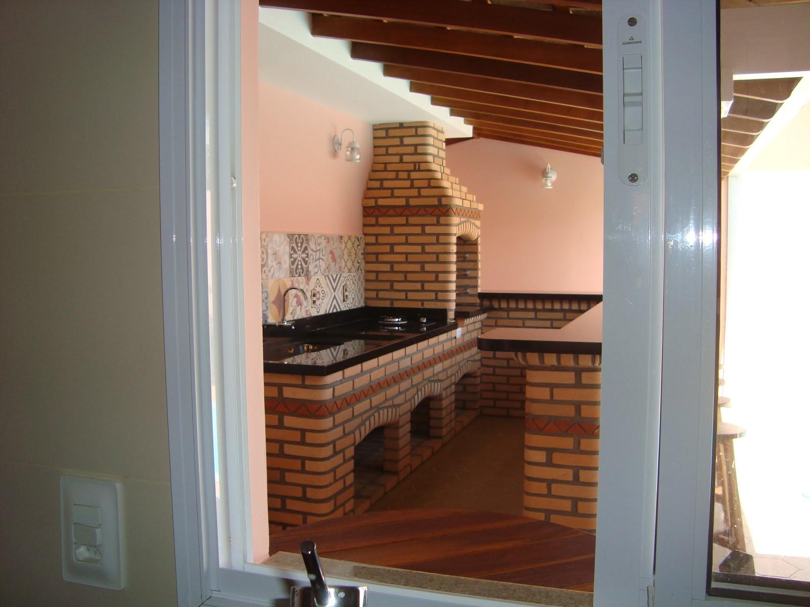Aqui temos a vista de dentro da cozinha através da janela. #955936 1600 1200