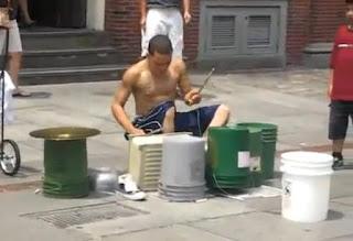 incrible baterista callejero tocando con botes