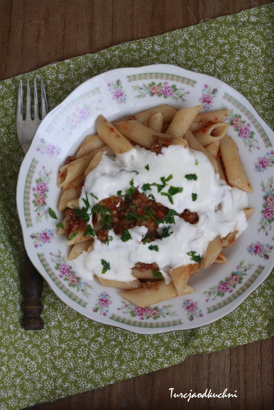 Makaron z sosem  mięsnym i jogurtowym