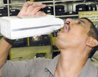 عامل عربي يشرب زيت السيارات ويأكل الشحوم!