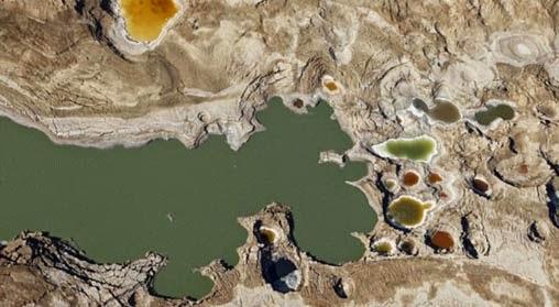 Ribuan Lubang Misterius Bermunculan di Laut Mati