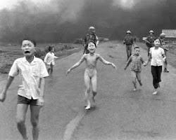Guerra de Vietnam- Kim Phuc:   quemada por ataque con napalm de las que las tropas survietnamitas,