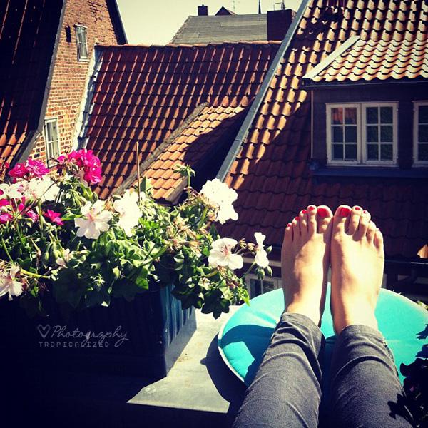 Dachterrasse Sommer Blumen Füße hoch