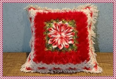 Almofada de crochê com fio barroco e mega flor bico de papagaio com PAP