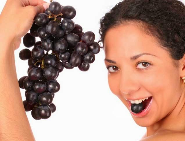 فوائد العنب في علاج خشونة الركبة