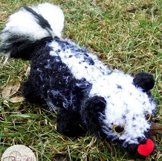 http://translate.google.es/translate?hl=es&sl=en&u=http://stitch11.com/crochet-a-skunk/&prev=search