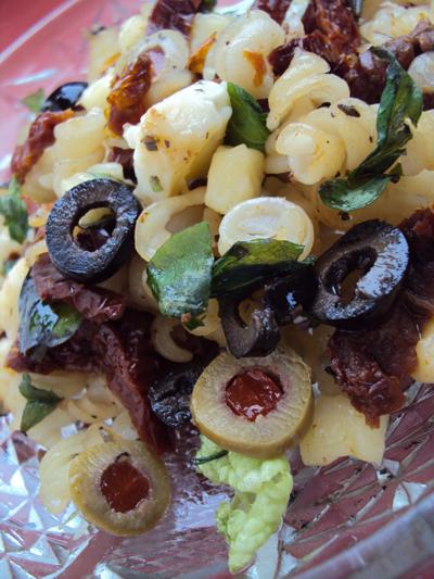 Sałatka z makaronu z oliwkami i mozarellą