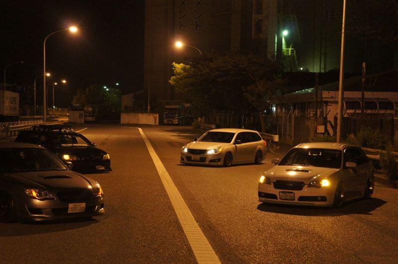 Subaru Legacy samochody nocą