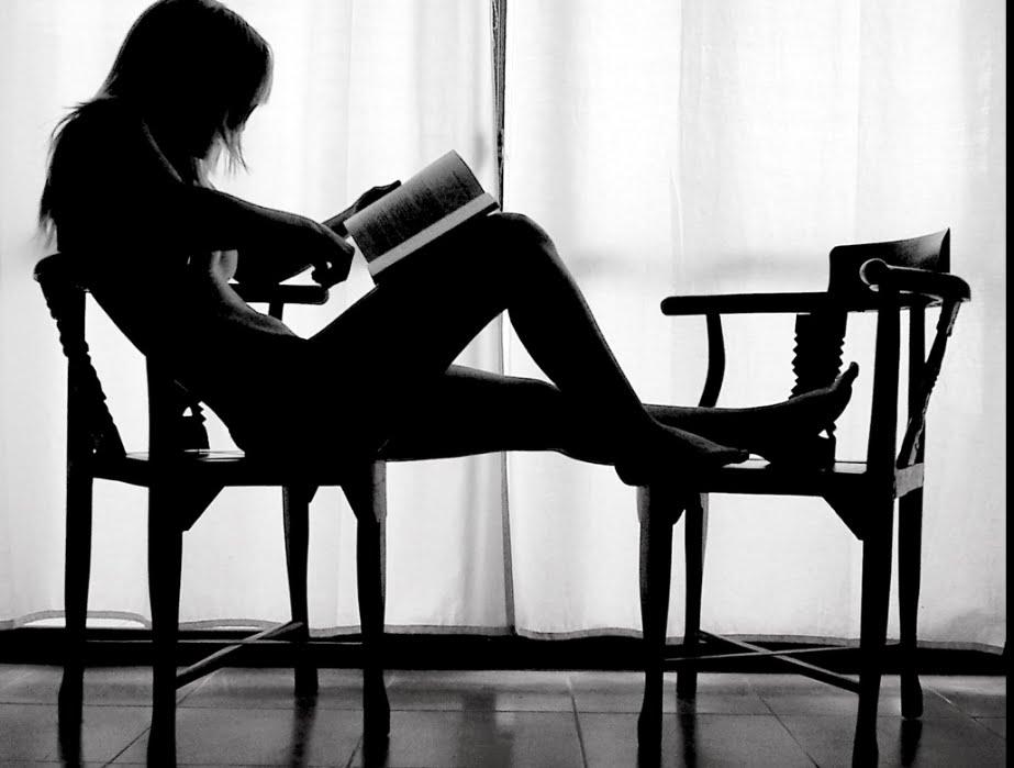 Mujer leyendo andr s neuman entre montones de libros for Sillon cama de un cuerpo