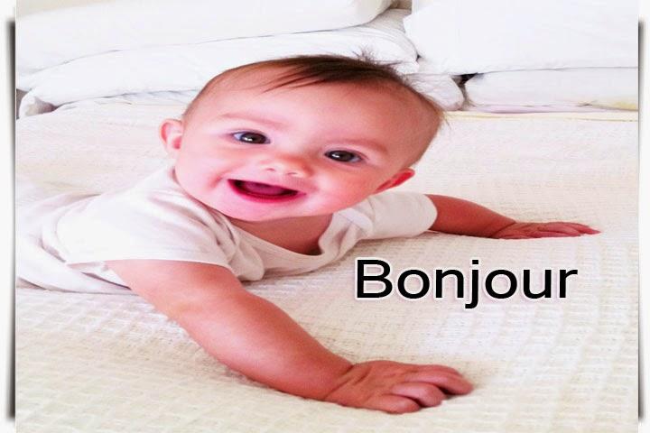 Photo bébé souriant qui dire bonjour