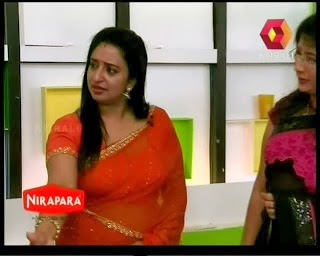 Lakshmi+Nair+and+Sona+Nair+hot+navel+show+in+saree+from+Kairali+TV+(3