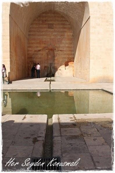 Kasımiye Medresesi içerisindeki hayatı temsil eden havuz.