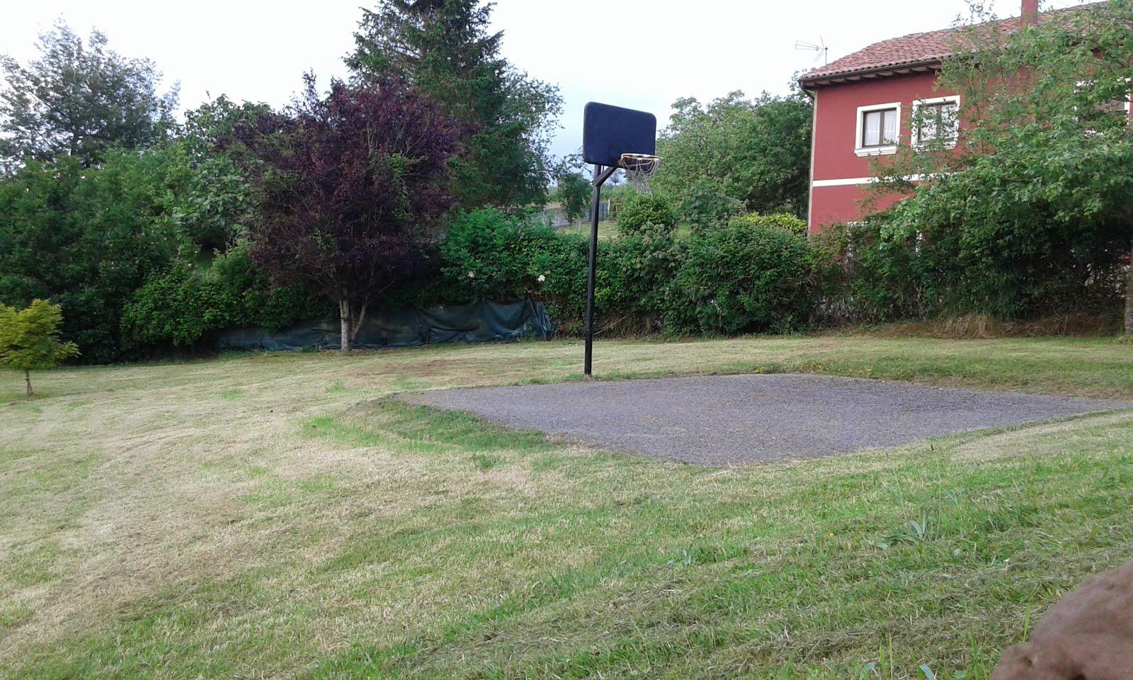 La pista de baloncesto......