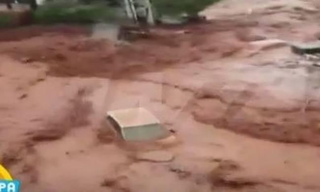 Βίντεο : Η στιγμή που ο χείμαρρος «καταπίνει» αυτοκίνητο στη Νέα Πέραμο