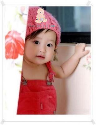 Perde Arkasından Bakan Sevimli Kız Bebek