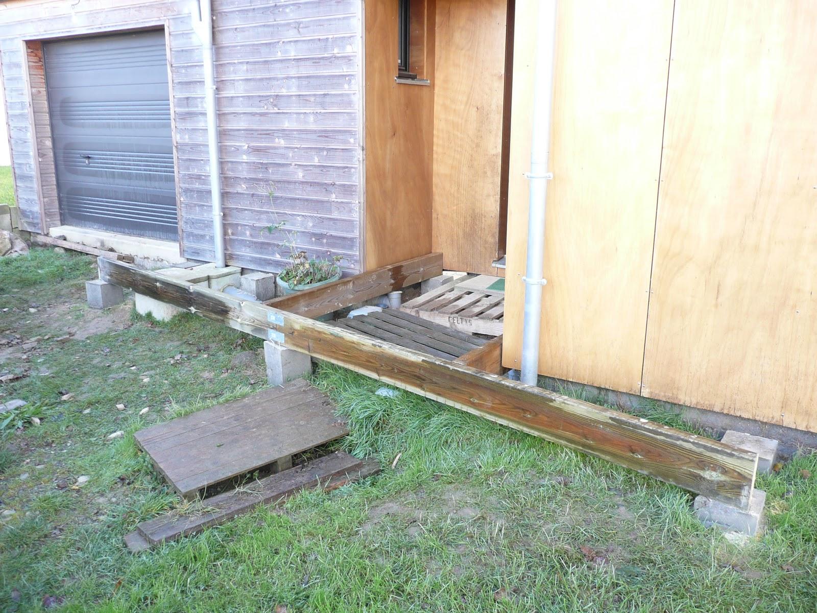 Notre maison en bois terrasse bois entree for Terrasse entree maison