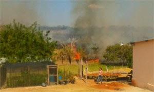 Incêndio atingiu parte de uma vegetação  (Foto: Reprodução/Blog do Anderson)