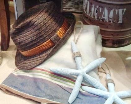 Sombrero marrón. Toalla-pareo. Estrellas de mar.
