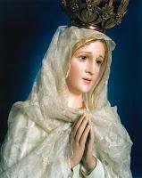 Ave Maria cheia de graça, o Senhor é convosco, bendita sois Vós entre as mulheres, e bendito é o fruto do vosso ventre, Jesus. Santa Maria, Mãe de Deus, rogai por nós pecadores, agora e na hora da nossa morte. Amém.