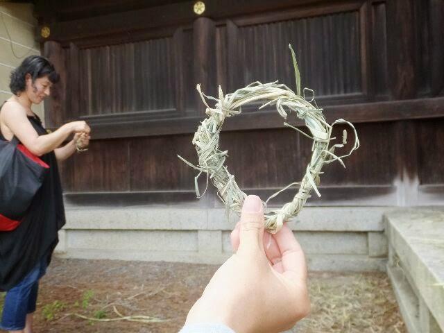 ご婦人は落ち茅で作られた輪を作った。