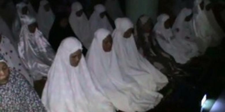 Lampu Padam, Warga Polewali Mandar Tarawih dalam Gulita