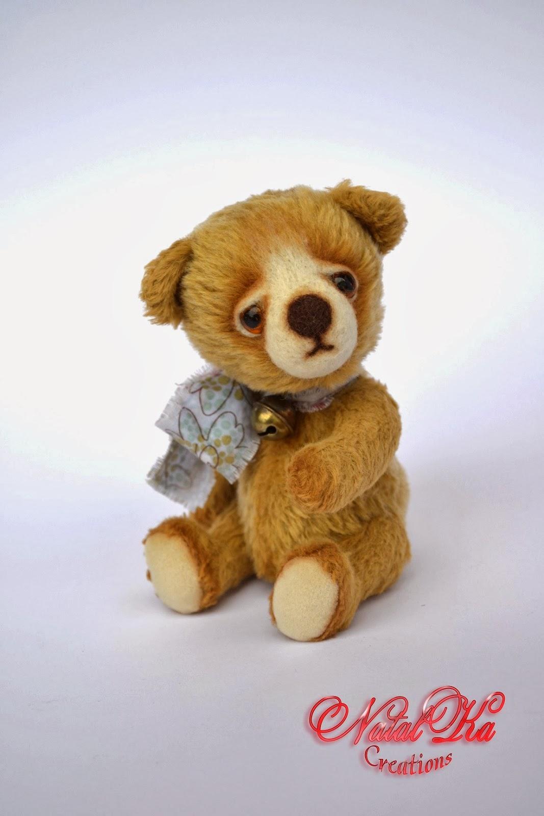 Artist teddy bear handmade by NatalKa Creations. Künstler Teddy Bär handgemact von NatalKa Creations.