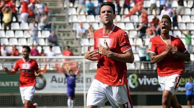 El Real Murcia golea y apunta a playoff