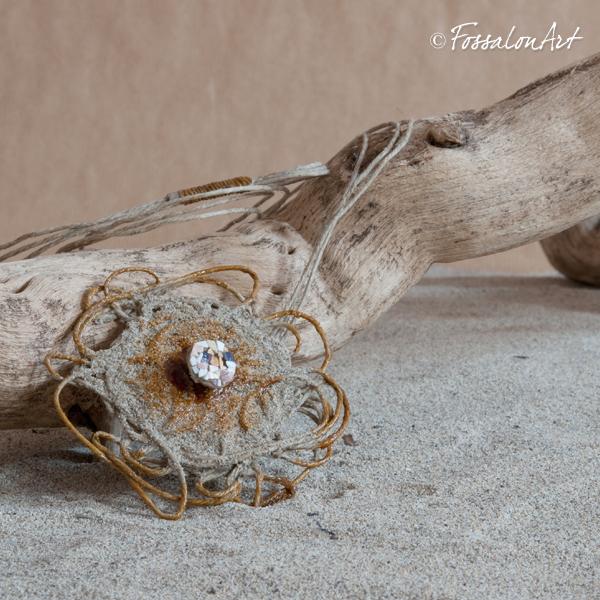 Collana Girasole realizzata con corda, sabbia e frammenti di conchiglie