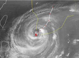 Taifun PRAPIROON | NINA kriegt die Kurve - in Richtung Japan, Prapiroon, Nina, Philippinen, Japan, aktuell, Verlauf, Zugbahn, Satellitenbild Satellitenbilder, Taifun Typhoon, Taifunsaison 2012, Oktober, 2012, Pazifik, Vorhersage Forecast Prognose,