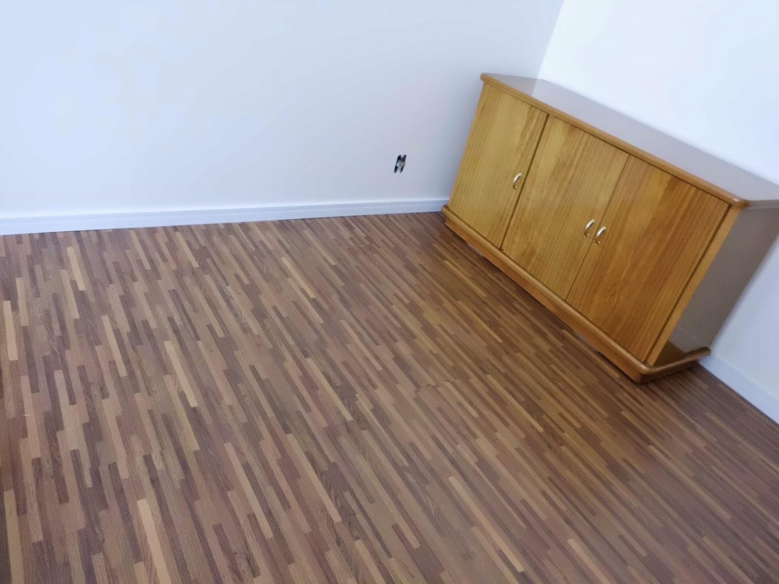 Pisos laminados cumaru palito click Instalados em sala residencial