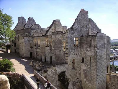 «Logis royaux vue du donjon Chinon». Publicado bajo la licencia CC BY-SA 2.5 vía Wikimedia Commons - http://commons.wikimedia.org/wiki/File:Logis_royaux_vue_du_donjon_Chinon.JPG#/media/File:Logis_royaux_vue_du_donjon_Chinon.JPG.