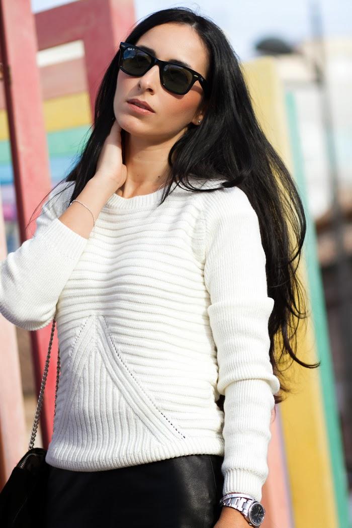 Outfit en Blanco y Negro con gafas de sol Ray Ban Wayfarer Polarizadas