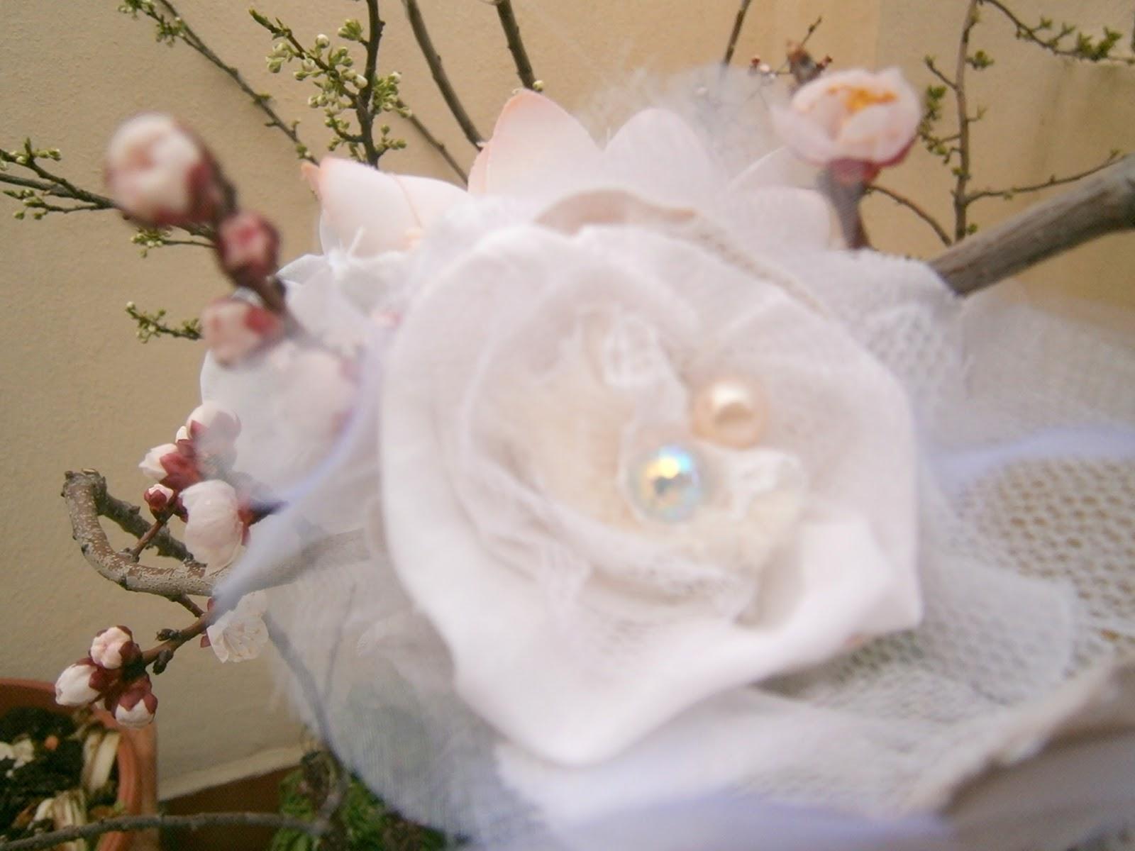 Flor blanca,con perlas,algodón vintage ,tul,pompon de lana,encages y tul.