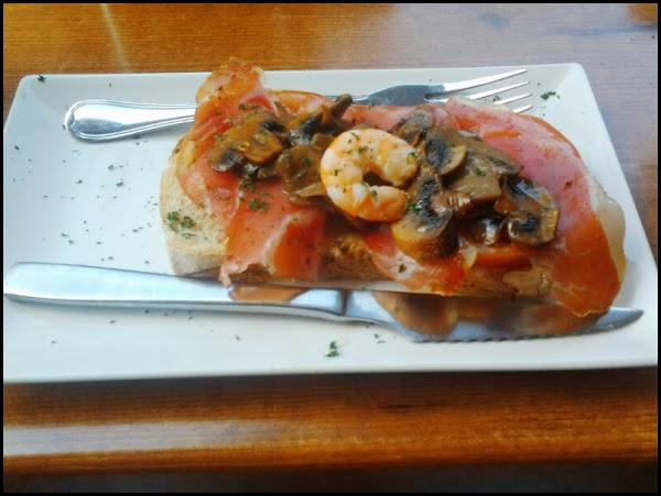 Tosta de jamón, champiñones y gambas en Bacchus (Ruta de la Tapa Moratalaz)