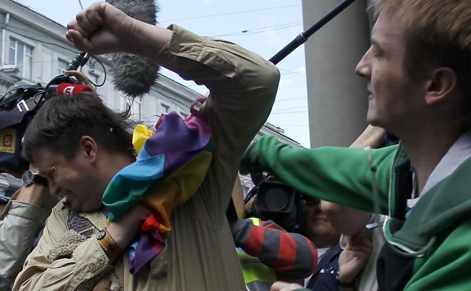 Nacionalista bate em gay em manifestação em Moscou; LGBTs protestam contra lei que multa 'propaganda positiva LGBT