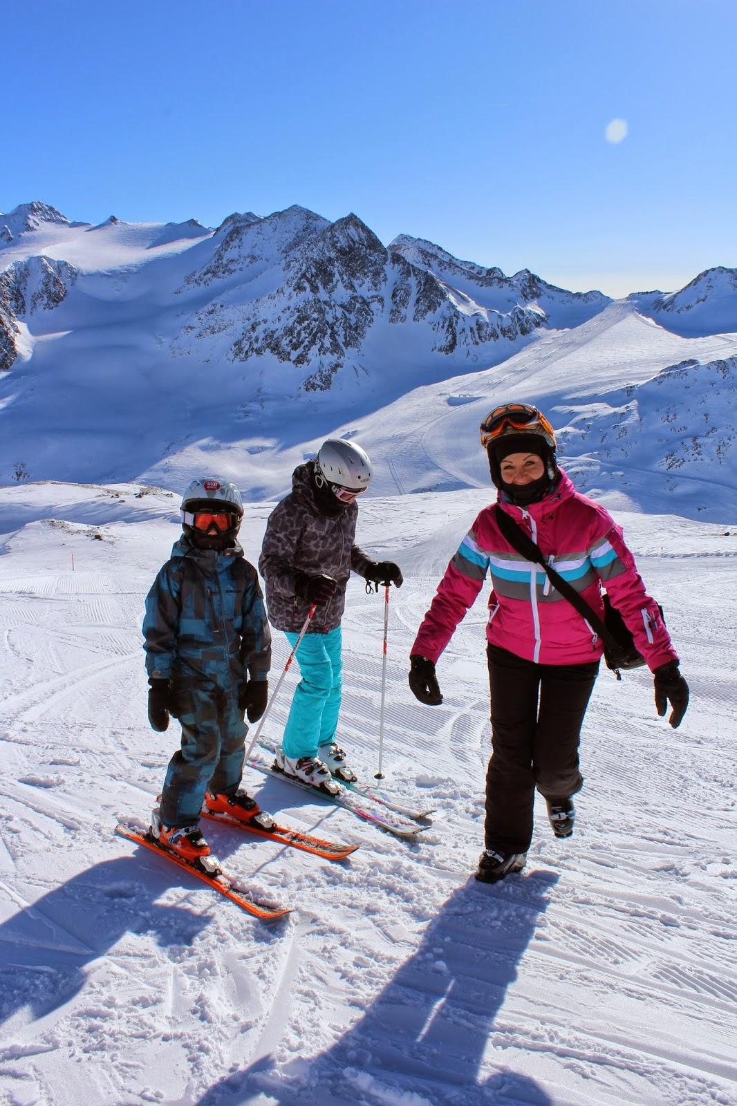 kask, różowa kurtka, blog, dzieci, spodnie narciarskie dla dziewczynki, narty, nordica