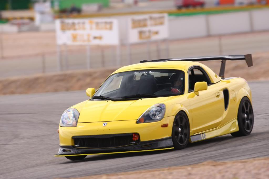 Toyota MR2, ZZW30, ściągany dach, japońska motoryzacja, foto, modyfikacje, sport, spojler, na torze wyścigowym żółta
