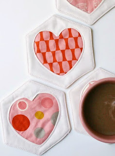 http://translate.google.es/translate?hl=es&sl=en&u=http://cosmocricket.typepad.com/cosmo_cricket/2013/02/free-tutorial-and-pattern-hex-and-heart-coasters.html&prev=search