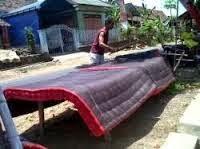 Tradisi mepe kasur atau menjemur kasur merupakan acara bersih desa adat desa Kemiren, Banyuwangi