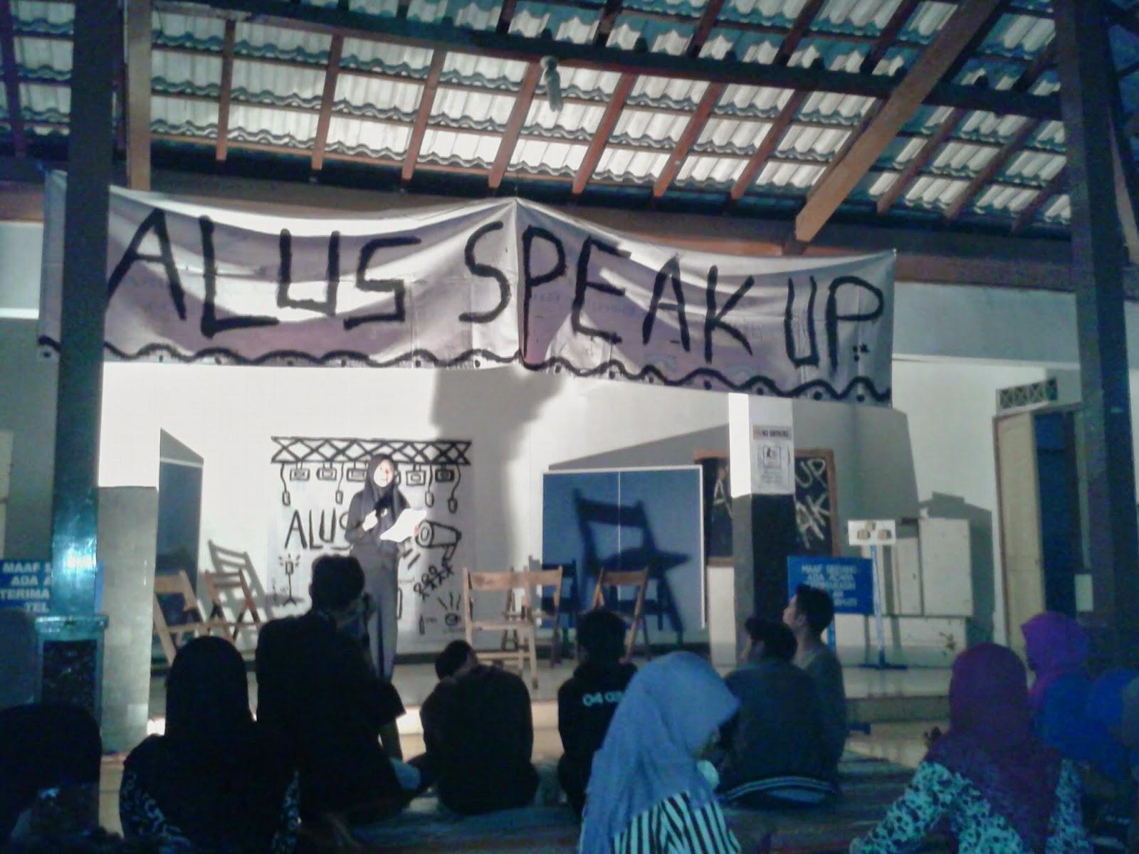 Salah satu peserta membacakan puisi di Alus Stand Up
