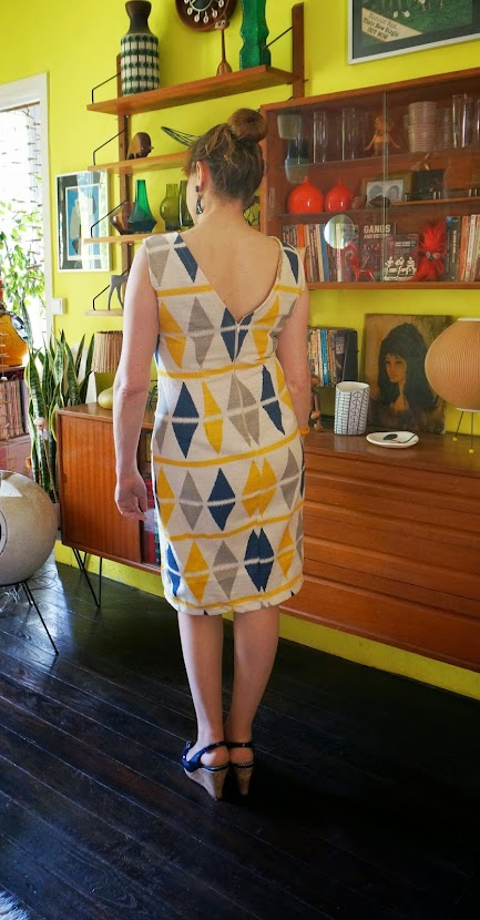 50's Retro styled wiggle dress , V neck back , based on Burda Style 7178 .   I use a thick linen fabric . The  diamond pattern makes me choose the  simplest design , model C : sleeveless , without collar .     Robe fourreau, patron burda 7178 .   Je me suis décidée pour le modèle C , simple , sans manche ni col, l'imprimé losange du lin étant suffisament bariolé . vintage sew couture mad men 1950 50s 1960 60s mid century