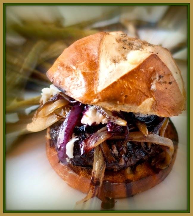 Hambúrguer ao vinho tinto com cebola caramelizada