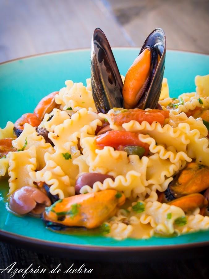 Pasta con mejillones, alcaparras  y olivas