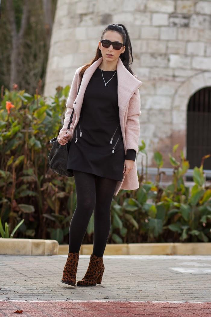 Vestido negro con cremalleras y abrigo Rosa